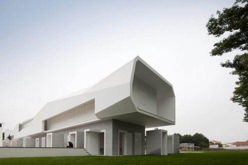 Large white concrete building deigned by Alvaro Siza
