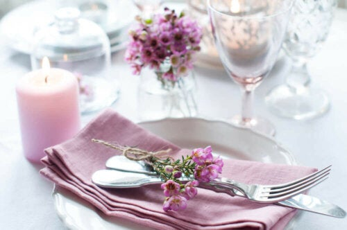 How to set a table with flowers.