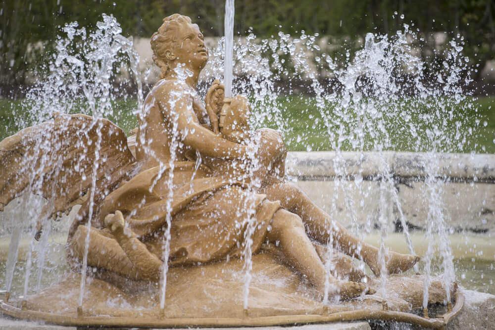 A sculptural fountain in a garden.