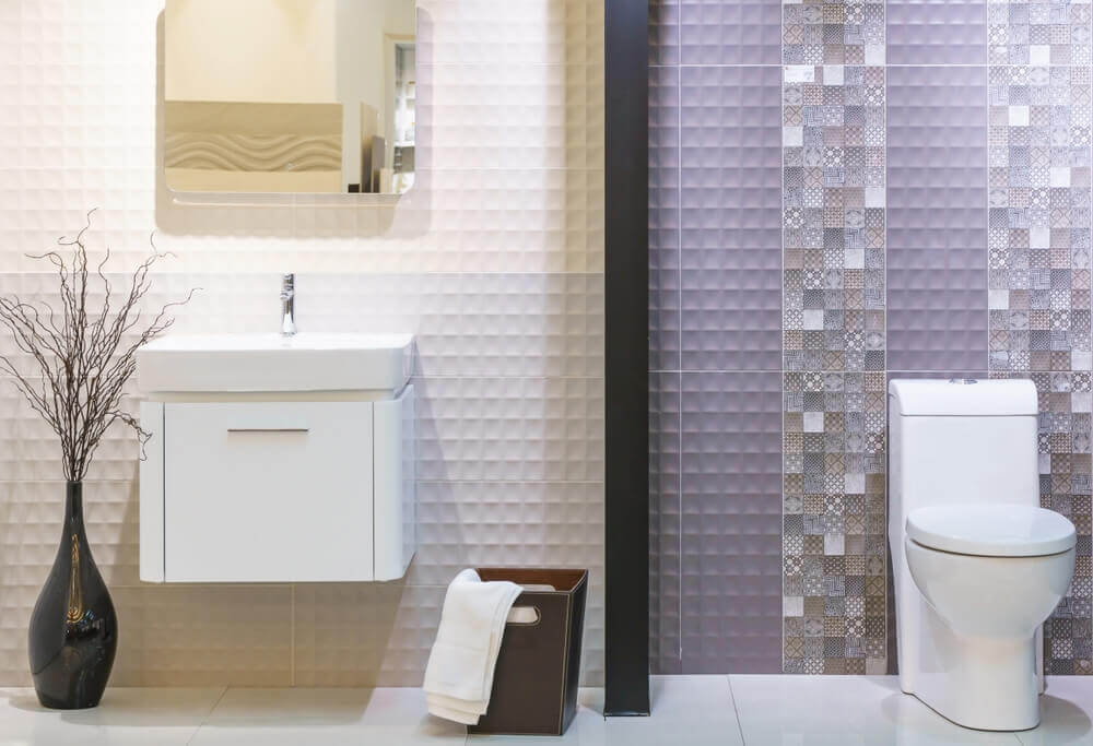 A bathroom with verticle wall borders.