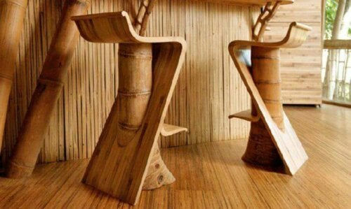 The use of wood is one of the biggest decor trends for spring. In this photo, wooden benches on wooden floors.
