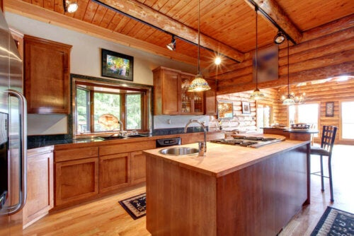 A big, rustic kitchen with an island, one of the trends in kitchen decoration for 2020.