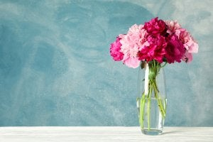 Decorating your living room with plants is a great idea. In this photo, a vase with pink flowers.