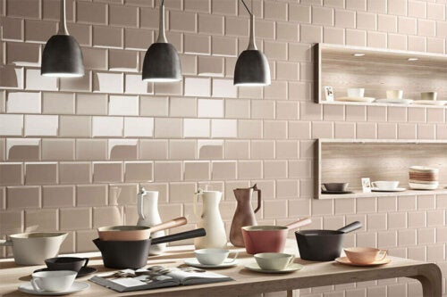 Hanging lamps in a modern kitchen, one of the trends in kitchen decoration for 2020.