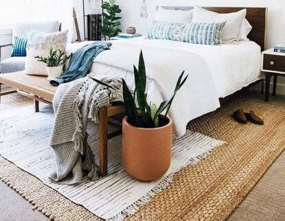 A natural fiber rug below the bed can help create a cozy atmosphere in the room.