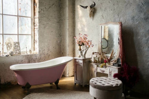 A retro bathtub and bathroom.