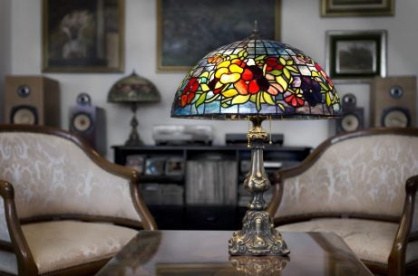 A glass table lamp is a great complement to light up a dark room