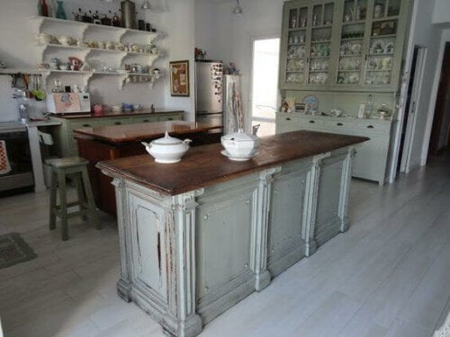 A vintage-looking kitchen.