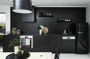 검은색 주방: 룩을 만드는 방법
