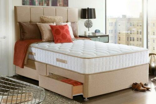 A white mattress.