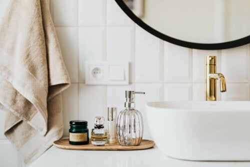 There are a few ways to make your bathroom smell great.