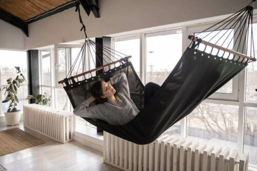 Women lying in a hammock with the best temperature