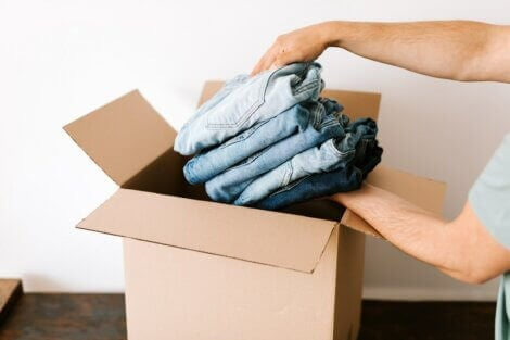 Packing folded jeans into a box, example of dostadning