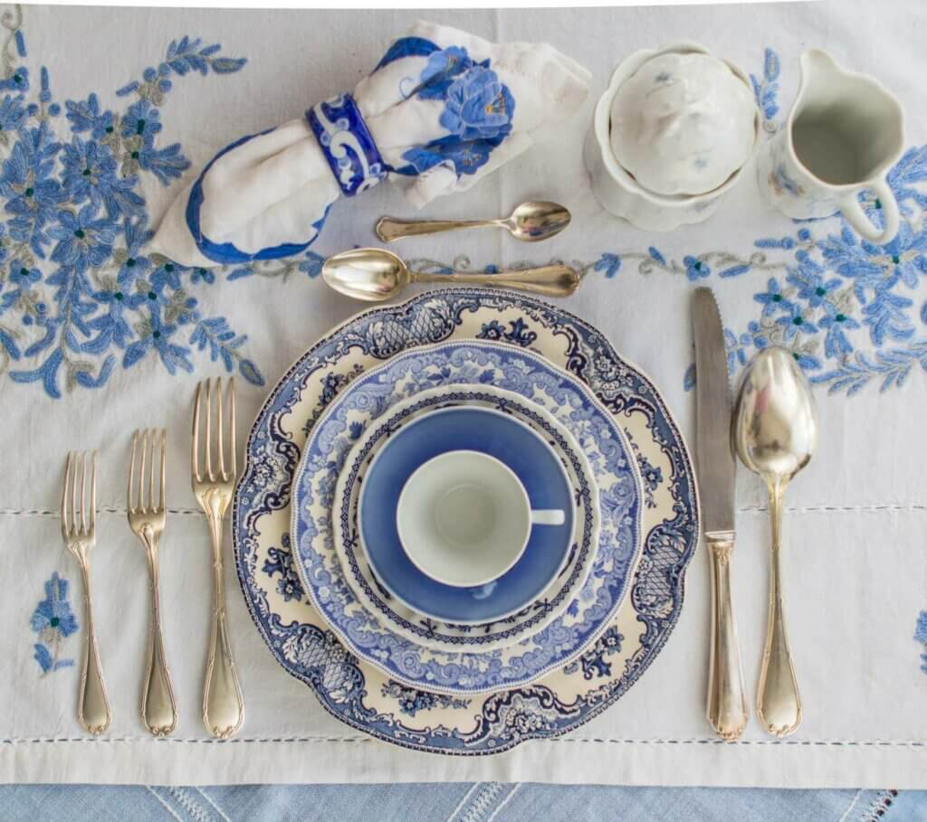 A porcelain tableware set.
