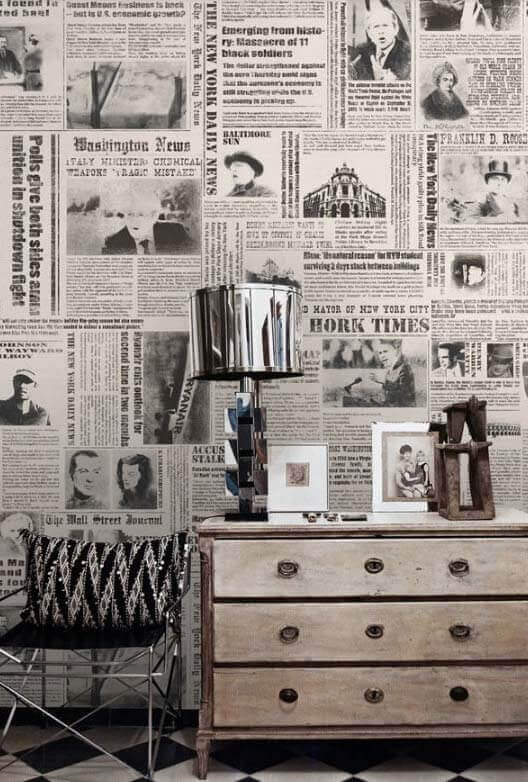 Using newspapers to cover your walls is a great idea to give your home an original look.