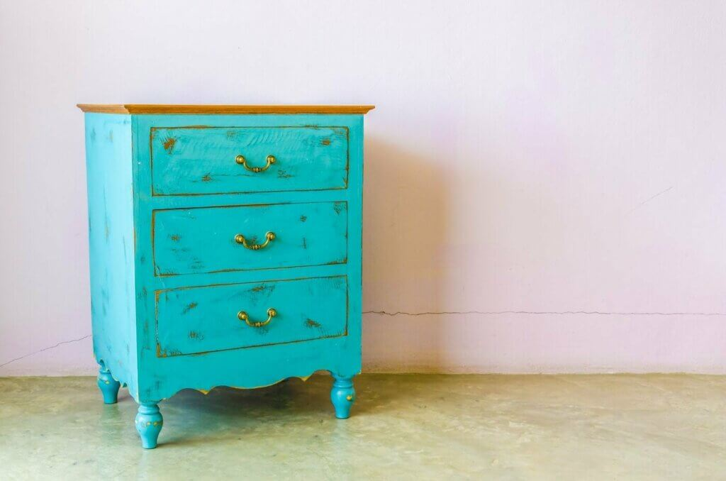 Give your home a vintage touch: a turquoise chest of drawers.