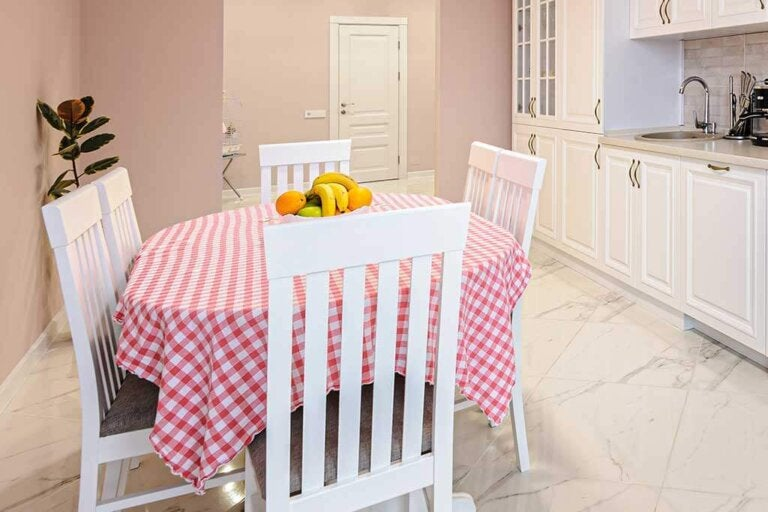 Stain-Resistant Tablecloths: Get to Know Their Benefits